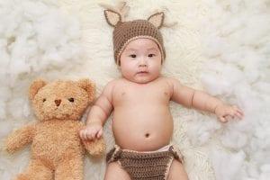 Bebé con collar de lactancia