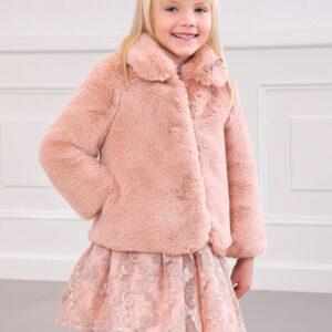 Precioso abrigo de pelo con lazo cosido en el cuello. Cierre con broches interiores. Una prenda cálida e ideal para darle un toque especial y completar el estilismo.